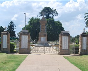 Warwick War Memorial and Gates - Accommodation Directory