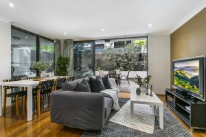 Large unit amid inner-city greenery close to CBD - Accommodation Directory