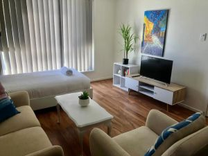 Modern Unit Near To Surfers Paradise - Accommodation Directory